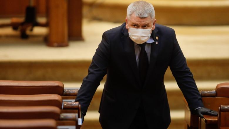 Florin Roman amenință cu justiția după ce a fost luat pe sus în Parlament: 'Voi depune plângere penală pentru huliganism și distrugere de documente oficiale'